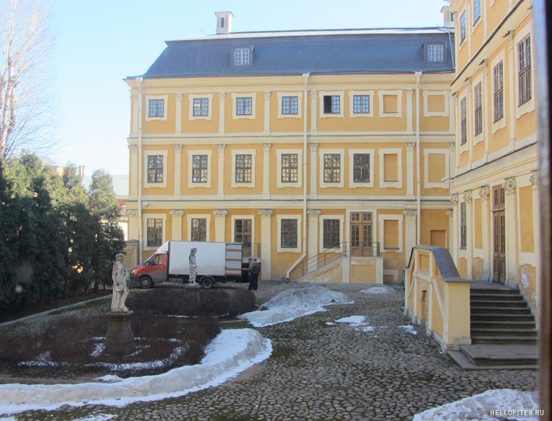 Меншиковский дворец.Внутренний двор.