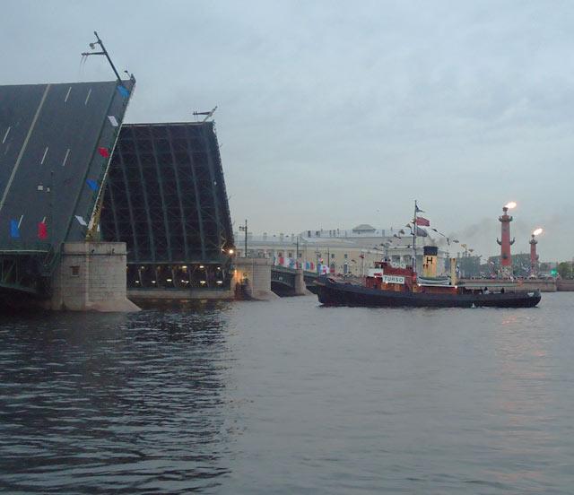 Дворцовый мост судно турсо парад